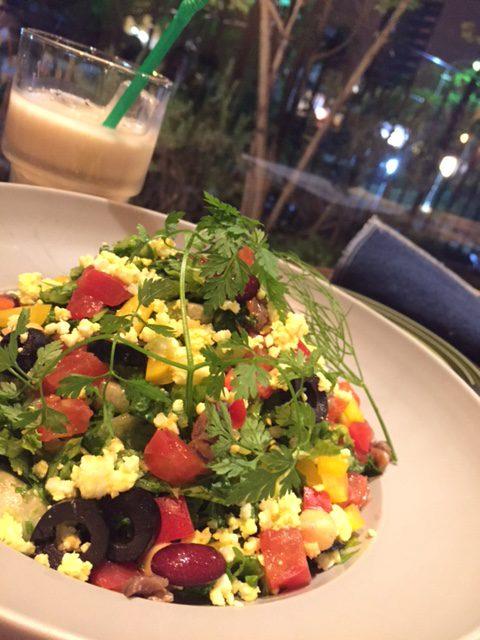 ケールとロメインレタスのチョップドサラダ(¥800)。青汁イメージのケールも細かく刻んで食べやすくヘルシー! アンチョビやビーンズを加え多彩な風味と食感に