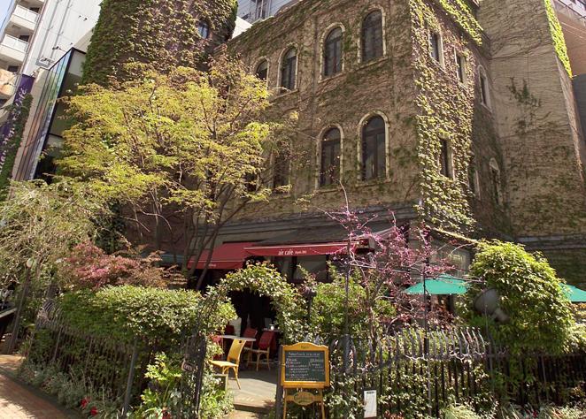 緑に囲まれた矢場町のエールカフェ