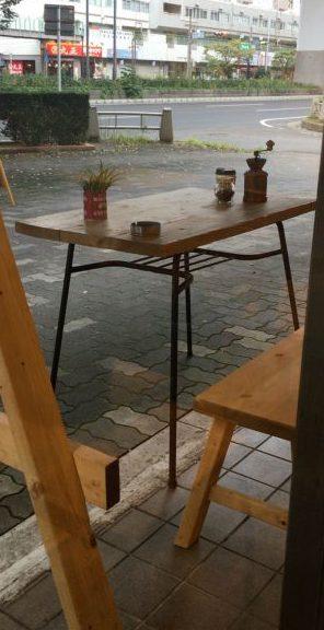 外に喫煙OKのテーブル